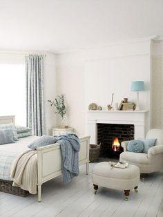 Romantiek in de slaapkamer, offwhite met ijsblauw. Koel en warm tegelijk!
