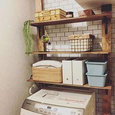 女性で、3DKのディアウォール DIY/サブウェイタイル風壁紙/壁紙屋本舗さん/洗面所…などについてのインテリア実例を紹介。「洗面所タオルとか収納できた~❀(*´v`*)❀ タオルとバスタオルは、無印のカゴとファイルボックスに収納♡♡ やっぱり、どこでも植物飾りたくて日の当たらない場所やからフェイクグリーン置いたよ\♥︎/ww * 左←の壁寂しいから何か飾ろうかな~!!!!? まあ一応、ディアウォールのディスプレイは完成♡ 洗面所だからスッキリ仕上げ♡♡←スッキリになってるかな?!ww」(この写真は 2016-07-25 18:08:07 に共有されました)