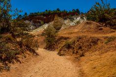 Colorado provençal - Le Colorado provençal ou ocres de Rustrel est un site semi-naturel, puisqu'il fut exploité depuis la fin du XVIIᵉ siècle jusqu'en 1992 où le dernier ocrier prit sa retraite. Le Colorado, 17th Century, Country Roads, France, Sunset, Nature, Travel, Retirement, Naturaleza
