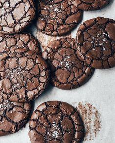 Satisfy those chocolate cravings in a BIG way! Brownie Cookies Brownie Crinkle Cookies — The Boy Who Bakes Chocolate Crinkle Cookies, Chocolate Crinkles, Chocolate Brownie Cookies, Nutella Cookies, Nutella Fudge, Vegan Peanut Butter Cookies, Fudge Cookies, Cream Cookies, Brownie Desserts