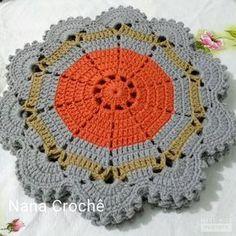 ... sofisticação... elegância... delicadeza... tudo feito com muito carinho... coloque ternura em sua mesa! Crochet Potholders, Crochet Tablecloth, Crochet Doilies, Crochet Stitches, Crochet Art, Crochet Home, Love Crochet, Crotchet Patterns, Crochet Circles