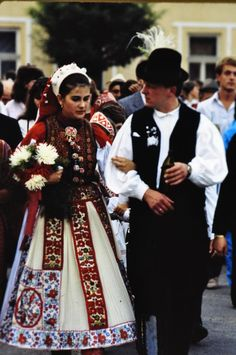 From Kalotaszeg, Transsylvania, today Romania, Photo by Ricardo A. Popular Art, Arte Popular, Art Costume, Folk Costume, Most Beautiful Women, Beautiful Outfits, Costumes Around The World, Central And Eastern Europe, Hungarian Embroidery