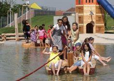 ВЕНА. Детская площадка на воде Wasserspielplatz Donauinsel Крупнейшая в Европе водная детская площадка, открытая совсем недавно, в 2004 году,  расположена на искусственном отсрове в русле Дуная. Площадка, растянувшаяся на 5 киломеров — это «Место встречи маленьких и больших». Тут дети катаются на плотах по неглубокому озеру. Перелезают через водный поток с водопадом по шатающемуся подвесному мосту длиной пятнадцать метров. Для совсем маленьких устроен лягушатник и так называемый «Водный…