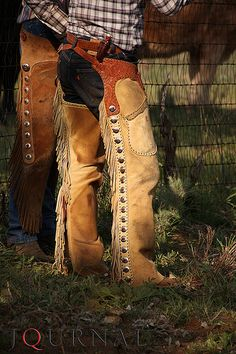 American Quarter Horse Journal images from a spring branding at Terry and Kelly Crofoot's Bitter Creek Ranch in the Texas Panhandle. Cowboy Outfits, Western Outfits, Western Wear, Cowboy Gear, Cowboy And Cowgirl, Cowboy Hats, Wade Saddles, Horse Saddles, Shotgun Chaps