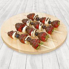 Chocolate-Dipped Fruit Kabobs - Valentines Drinks/Food ♥(ˆ⌣ˆԅ)❤ Dessert Kabobs, Fruit Skewers, Healthy Fruits, Healthy Snacks, Chocolate Covered Fruit, Catering Food, Catering Display, Kabob Recipes, Food Displays
