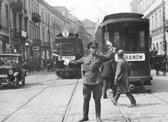 Funkcjonariusz Policji Państwowej podczas pełnienia służby Na Nowym Świecie. Rok 1929.