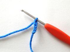 À partir de cette semaine, nous allons donc aborder les différents points et techniques du crochet. Dans chaque article vous trouverez les explications sous forme de texte, puis une courte vidéo vo…