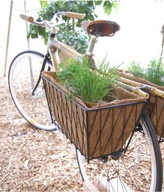Give your old bike a second chance and turn into a beautiful and original decoration for your garden