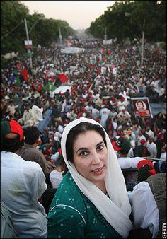Benazir Bhutto fue destituida en 1996 y condenada a prisión por corrupción en 1998, sentencia que fue anulada, se autoexilió en 1999 en los Emiratos Árabes Unidos, donde conoció una nueva condena de tres años.