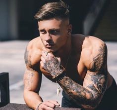 Hot Guys Tattoos, Boy Tattoos, Cool Haircuts, Haircuts For Men, Medium Hair Styles, Short Hair Styles, Brylcreem, Slick Hairstyles, Inked Men
