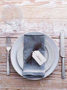 twig place settings. This seems simple and simply charming. I also like the rustic quality of the napkins. Better fire up my sewing machine to make some napkins.