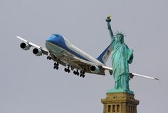 Air Force One flying past the Statue of Liberty. Boeing Aircraft, Jumbo Jet, Commercial Aircraft, Concorde, Air Force Ones, Private Jet, Air Travel, Military Aircraft, Statue Of Liberty