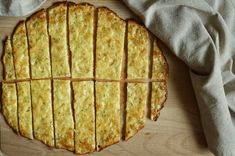 Tyhle tyčinky ze čtyř ingrediencí jsou skvělé k jakékoliv pomazánce nebo jen tak samotné - třeba jako pohoštění pro návštěvu. Jsou jednoduché, zašpiníte akorát struhadlo a jednu misku a nezaberou i s mytím nádobí víc jak půl hodiny. Doporučuji zkusit! Apple Pie, Quiche, Food And Drink, Low Carb, Healthy Recipes, Healthy Food, Bread, Cookies, Breakfast