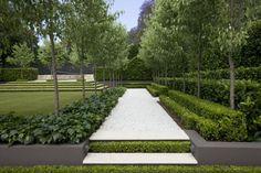 Formale Gartengestaltung - Splittweg trennt die Rasenfläche ab