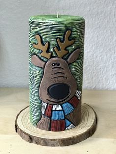 Reno navideño. Vela tallada a mano y pintada en acrílico. Best Candles, Diy Candles, Pillar Candles, Christmas Candles, Christmas Art, Diy Candle Holders, Reno, Candle Making, Silicone Molds