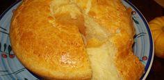 Bolo de pão de queijo - 3 ovos inteiros 3 xícaras (chá) de polvilho doce 1 xícara (chá) de leite 1 xícara (chá) de óleo 1 colher (café) de sal 150 g de queijo parmesão ralado (pode ser parmesão fresco, fica mais gostoso) 1 colher rasa (sopa) de fermento em pó
