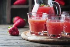 Sweet strawberry juice on the wooden table, selective focus Kiwi Juice, Strawberry Juice, Strawberry Picking, Strawberry Banana, Apple Pie Smoothie, Smoothie Bowl, No Bake Granola Bars, Yogurt Breakfast, Cold Pressed Juice