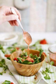 Feldsalat mit Pinienkernen und Erdbeer-Dressing | Alles und Anderes Vegan Lunch Recipes, Salad Recipes, Cooking Recipes, Healthy Recipes, Food N, Food And Drink, Yummy Veggie, Summer Salads, I Foods