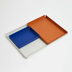 Chroma Trays are an exploration into the world of fine metal coatings. The formed steel trays are finished in a textured powder coat that covers each tray in surreal and complementary hues; Electric Blue, Clay, and Silk Grey. Metal Sheet Design, Sheet Metal, Office Accessories, Interior Accessories, Kitchen Tray, Basket Tray, Vase Crafts, Metal Trays, Co Working