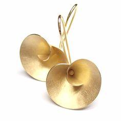 Best Ways To Choose Gold Jewelry Pieces Contemporary Jewellery, Modern Jewelry, Metal Jewelry, Jewelry Art, Gold Jewelry, Fine Jewelry, Jewelry Design, Bijoux Or Rose, Minimalist Jewelry