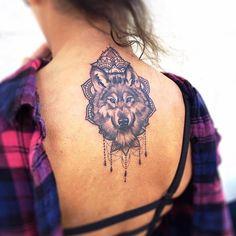 Vous n'êtes pas le genre de femme à vous laisser tenter par un tatouage franchement féminin ? Alors, le tatouage loup est fait pour vous ! Féroce et majest