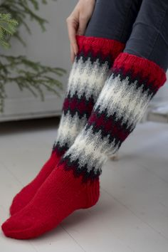 The pattern is easier than you'd guess looking at the finished socks, with colours that blend softly into one another. Knitted from Novita 7 Veljestä. Crochet Socks, Knitting Socks, Free Knitting, Knit Crochet, Woolen Socks, Knitting Patterns, Crochet Patterns, Argyle Socks, Fair Isle Knitting