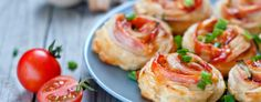 Ham Cheese Pinwheels - An easy snack to make for parties or when the grandchildren are over, these ham and cheese pinwheels are a delight to eat. Snacks To Make, No Bake Snacks, Snacks Für Party, Easy Snacks, Ham And Cheese Pinwheels, Pizza Pinwheels, Light Recipes, Wine Recipes, Cooking Recipes