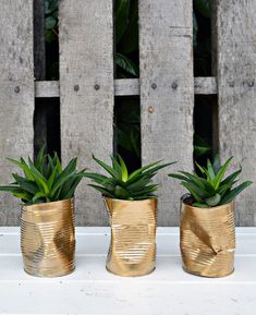 How to Make Gold Crushed Can DIY Planters I couldn't find the shabby glam planters I wanted for my table so I made my own. It only took me 10 minutes to make these crushed gold DIY planters. Gold Diy, Make Gold, Upcycled Furniture, Diy Furniture, Vintage Furniture, Recycler Diy, Recycling, Diy Vintage, Diy Upcycling