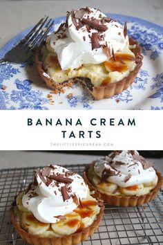 Coconut Hot Chocolate, Chocolate Topping, Chocolate Shavings, Melting Chocolate, Desserts Menu, Mini Desserts, Dessert Recipes, Dessert Ideas, Banana Tart Recipe