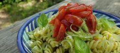 El aguacate sirve para hacer un falso y untuoso pesto tropical, que funciona a la perfección en esta ensalada de pasta con hortalizas y verduras frescas, jugosas y crujientes.
