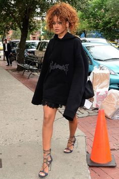 How Rihanna's style defies all fashion rules - Rihanna Style & Fashion Evolution – Best Outfits Pictures Rihanna Outfits, Looks Rihanna, Mode Rihanna, Rihanna Street Style, Rihanna Swag, Rihanna Clothes, Rihanna Fenty Beauty, Rihanna Fashion, All Fashion