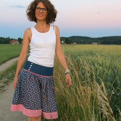 Schnittmuster Trachtenrock Lisbetta Source by trends 2016 Clothes Dye, Diy Clothes, Clothing Patterns, Sewing Patterns, Folk Fashion, Womens Fashion, Dress Skirt, Skater Skirt, Traditional Skirts