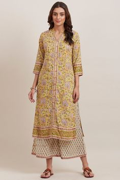 Handcrafted to perfection, the Gauhar Naira Kurta is block-printed with a vivid jaal pattern in soothing shades of yellow, pink and green. This straight-fit, distinct silhouette kurta comes finished with a border along the neckline, sleeves and hemline. Simple Kurta Designs, Silk Kurti Designs, Casual College Outfits, Eid Outfits, Designer Sarees Online, Designer Dresses, Kurta Neck Design, Kurti Patterns, Embroidery Suits Design