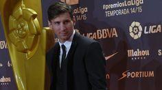 Lionel Messi (FC Barcelona) ha sido distinguido como mejor jugador de la Liga 2014-15, premio que le ha sido concedido en la Gala de la LFP, que tuvo lugar en Barcelona, mientras que el portugués Cristiano Ronaldo (Real Madrid) ha sigo galardonado con el premio al jugador cinco estrellas de la afición. Dic 01, 2015.