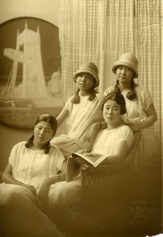 mochi thinking: Japan was cool,Mobo,Moga,cafe,waitress in Taisho or early Showa era