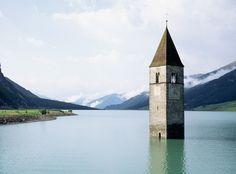 Lago di Resia, Italia. Se trata de un lago artificial que inundó la población de Graun. Bajo este lago se encuentran 163 casas y más de 500 hectáreas de tierras que, en su día, servían de cultivo.