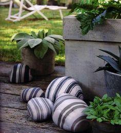 Des rayures peintes sur des pierres pour un jardin graphique