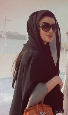 What a classy look! Arab Fashion, Islamic Fashion, Muslim Fashion, Modest Fashion, Dress Fashion, Hijab Chic, Hijab Style, Teheran, Modele Hijab
