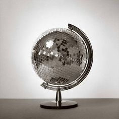 Blue Velvet Chair: Globe-al Recycling: 20 Projects to DIY. Disco globe + flashlight = hours of entertainment with the cat. Blue Velvet Chairs, Old Globe, Globe Art, Catty Noir, Mirror Ball, Diy Mirror, We Are The World, Home And Deco, Belle Photo