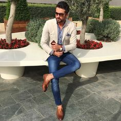 Go for a straightforward yet casually stylish choice marrying a beige blazer and. - Go for a straightforward yet casually stylish choice marrying a beige blazer and blue skinny jeans. Mens Fashion Suits, Mens Suits, Mens Fashion Blog, Stylish Men, Men Casual, Smart Casual, Casual Chic, Blazer Outfits Men, Beige Blazer Outfit