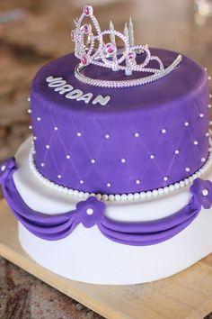 Krone mit Glitzersteinen verziert die lila Torte