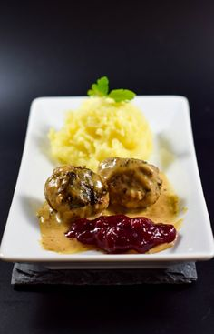 Schwedische Köttbullar mit Kartoffelpürre und Rahmsoße