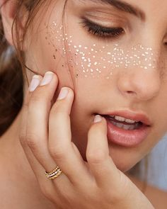 It's all in the details with festival makeup trends. Create DIY glitter freckles for an understated funky look this Coachella Makeup Inspo, Makeup Art, Makeup Inspiration, Makeup Tips, Makeup Ideas, Makeup Style, Star Makeup, Nude Makeup, Makeup Tutorials