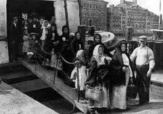 """Résultat de recherche d'images pour """"photo de migrants europeens à  bord de bateaux  vers New York  au début du 20eme siècle"""""""