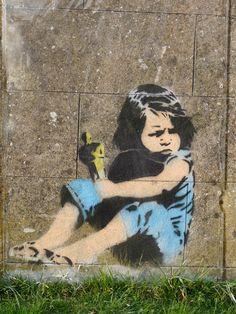 Banksy a Bristol - La bambina gioca con l'Oscar Street Art Banksy, Banksy Graffiti, 3d Street Art, Amazing Street Art, Street Artists, Bansky, Banksy Artwork, Banksy Posters, Stencil Graffiti