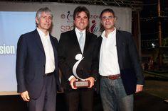 Andrea Abodi (a sinistra) e Claudio Barbaro (a destra) con uno dei vincitori del Premio Sport 2012