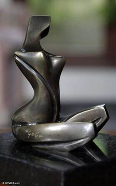 Most of the female ceramic figurines seem to be created by women whereas the sculptural female art figures have a more equal representaion between male and female artists African Sculptures, Sculptures Céramiques, Sculpture Clay, Modern Art Sculpture, Small Sculptures, Statue En Bronze, Art Installation, Metal Art, Ceramics