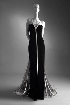 VALENTINO: MASTER OF COUTURE  Schwarzes Samtkleid aus der Haute-Couture-Kollektion Herbst/Winter 1992/1993