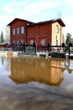 Vuonna 1877 vanha, kehräämöön kiinnimuurattu tiilimylly korvattiin voimalaitoksella, jonka suunnitteli insinööri Christian Bruun (1849–1911). Voimalaitoksen yhteydessä oli pato, joka rakennettiin uusiksi kaksi vuotta itse voimalaitoksen valmistumisen jälkeen. Vesivoimalaitos ja pato ovat säilyneet hyväkuntoisina yli sata vuotta.