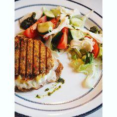 Se det här fotot av @wojdat på Instagram • Toast gjord på ostplättar. Med grön pesto, salami Milano, mozzarella och gräddost 😋 super super supergott! wojdat#lchf #lowcarb #lavkarbo #ostplättar #toast #glutenfritt #sockerfritt #frukost #brunch #lchfvänner #lågkolhydrat #matinspo #food #inspiration #highprotein #protein #foodie #foodinspo